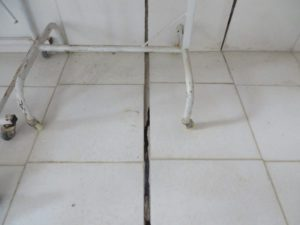 crack between tile floor